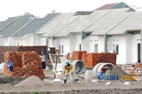 Pekerja beraktivitas membangun hunian bersubsidi. - Bisnis