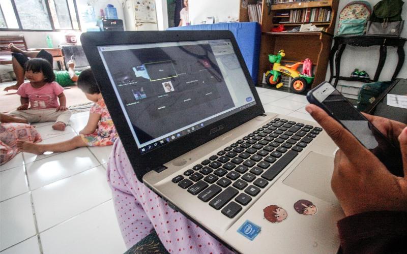 Seorang siswi kelas 11 Sekolah Menengah Kejuruan (SMK) melakukan kegiatan belajar mengajar menggunakan internet di Cilangkap, Jakarta Timur, Rabu (1/4/2020).  - ANTARA FOTO/Yulius Satria Wijaya