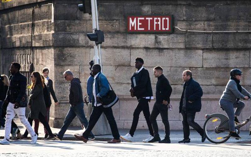 Ilustrasi karyawan saat jam sibuk di Paris, Prancis. - Bloomberg