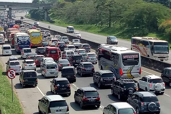 Antrean kendaraan arus balik Lebaran di ruas tol Cikampek KM 67, Jawa Barat, Minggu (2/7/2017). - Bisnis/Dedi Gunawan