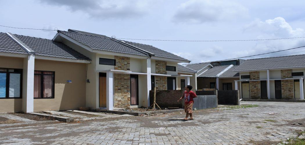 Warga minjau lokasi rumah setelah melakukan memperoleh Kredit Pemilikan Rumah (KPR) dari Bank BTN di Kelurahan Tegal Gede, Sumbersari, Jember, Jawa Timur. - Antara/Seno.