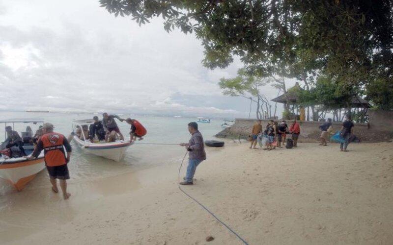 Pengunjung tiba di Pulau Samalona Makassar, Sulawesi Selatan, Senin (25/5). Pasca pemberlakuan PSBB aktivitas warga mulai berlahan berjalan normal mulai dari pertokoan, mal, dan tempat wisata mulai dibuka. - Bisnis/Paulus Tandi Bone