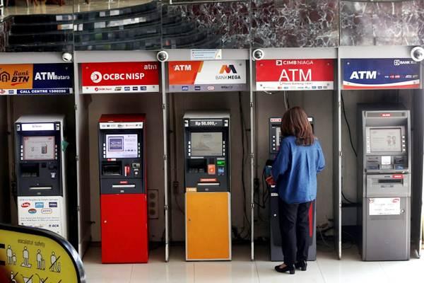 Nasabah melakukan transaksi perbankan di galeri Anjungan Tunai Mandiri (ATM) di salah satu pusat perbelanjaan di Bandung, Jawa Barat, Senin (3/9/2018). - JIBI/Rachman