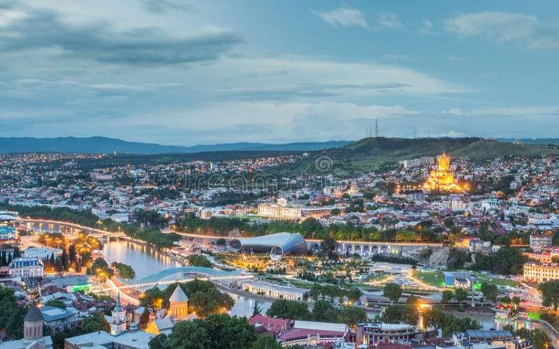 Pemandangan Ibu Kota Gorgia, Tbilisi, menjelang malam. - dreamstime.com