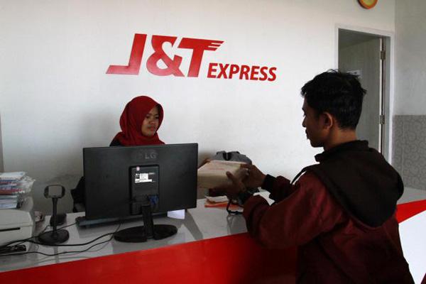 Pelanggan mengirim barang melalui J&T di Makassar, Sulawesi Selatan, Selasa (22/5/2018). - Bisnis/Paulus Tandi Bone