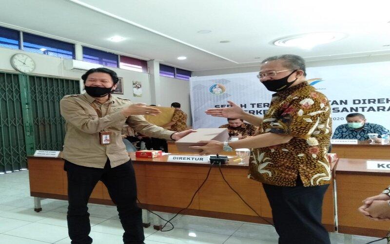 Direktur PT Perkebunan Nusantara (PTPN) IX Tio Handoko (kiri) memberikan cindera mata kepada Direktur Utama PTPN IX Periode 2017-2020 Iryanto Hutagaol. - Bisnis/Alif Nazzala
