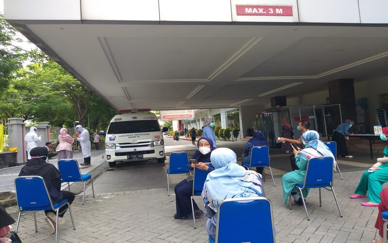 Warga antre tes di unit mobil mesin Polymerase Chain Reaction (PCR) - Lab Mobile PCR.