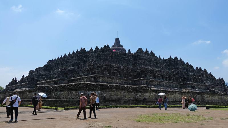 Sejumlah wisatawan berjalan di halaman Candi Borobudur di Kompleks Taman Wisata Candi Borobudur, Magelang, Jawa Tengah, Kamis (13/2/2020). - ANTARA / Anis Efizudin