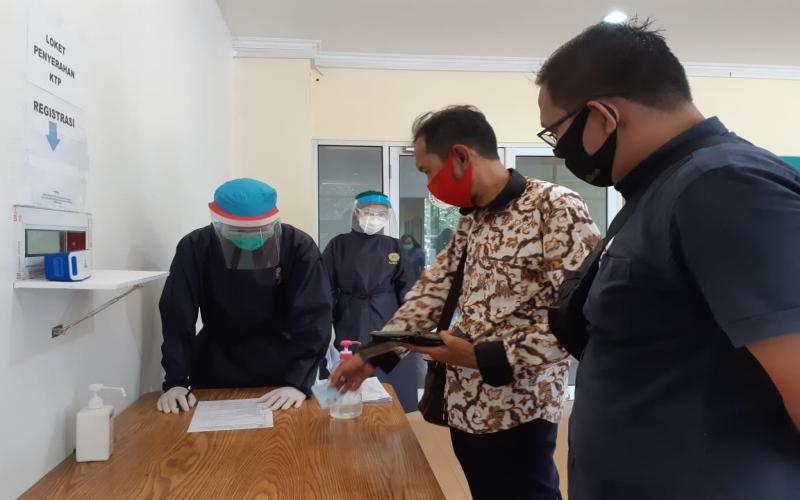 Petugas medis melayani rapid test di Rumah Sehat Covid-19 Jakabaring Sport City Palembang. - Bisnis/dinda wulandari
