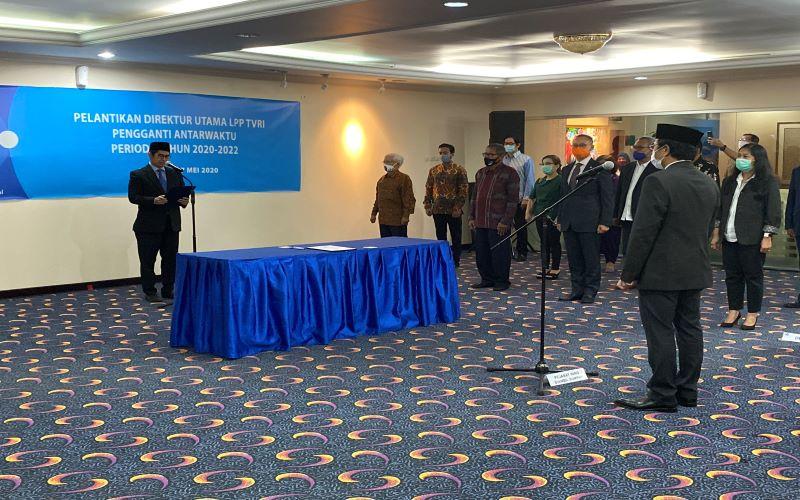 Ketua Dewas LPP TVRI Arief Hidayat Thamrin melantik Iman Brotoseno sebagai Dirut LPP TVRI (PAW) periode tahun 2020-2022 di lantai 3 gedung GPO LPP TVRI pada Rabu (27/5/2020). - Dok. @TVRINasional