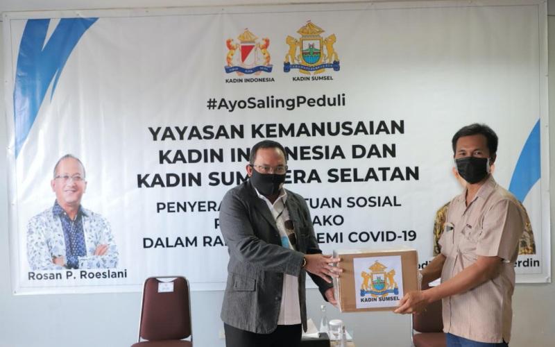 Ketua Kadin Sumsel Dodi Reza Alex (kiri) menyerahkan bantuan bagi warga terdampak Covid-19 di Palembang - Istimewa