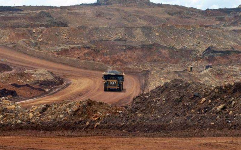 Articulated dump truck mengangkut material pada pengerukan lapisan atas di pertambangan nikel PT Vale Indonesia di Soroako, Luwu Timur, Sulawesi Selatan, Kamis (28/3/2019). - ANTARA/Basri Marzuki