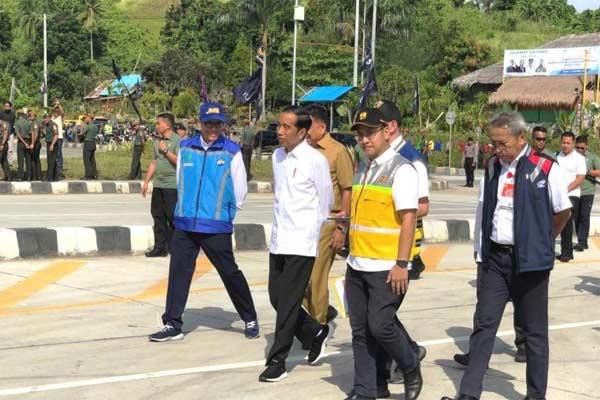 Presiden Joko Widodo (tengah) saat melihat langsung pembangunan tol Manado-Bitung pada awal Mei 2019.  - ANTARA