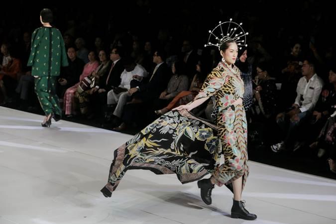 Model memperagakan busana dalam pembukaan Indonesia Fashion Week 2019, di Jakarta, Rabu (27/3/2019). - Bisnis/Felix Jody Kinarwan