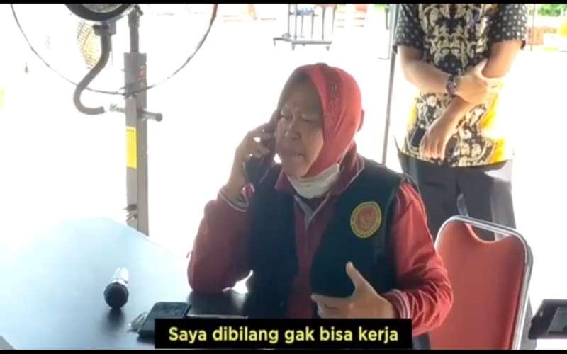 Wali Kota Surabaya Tri Rismaharani sedang menelepon seseorang menyoal mobil bantuan BNPB yang dinilai telah disabotase. - YouTube