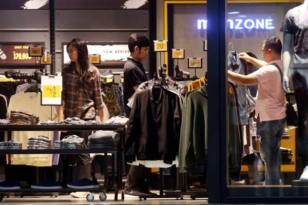 Konsumen memilih produk pakaian di salah satu gerai pusat perbelanjaan di Bandung, Jawa Barat, Rabu (2/1/2019). - Bisnis/Rachman