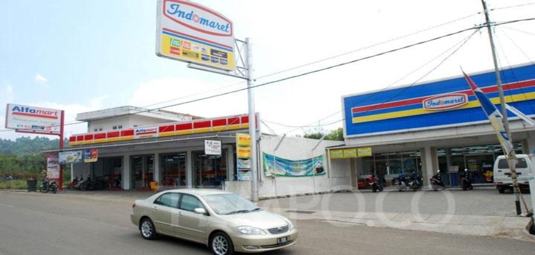 Potret gerai Alfamart dan Indomaret di salah satu jalan raya. TEMPO - Prima Mulia