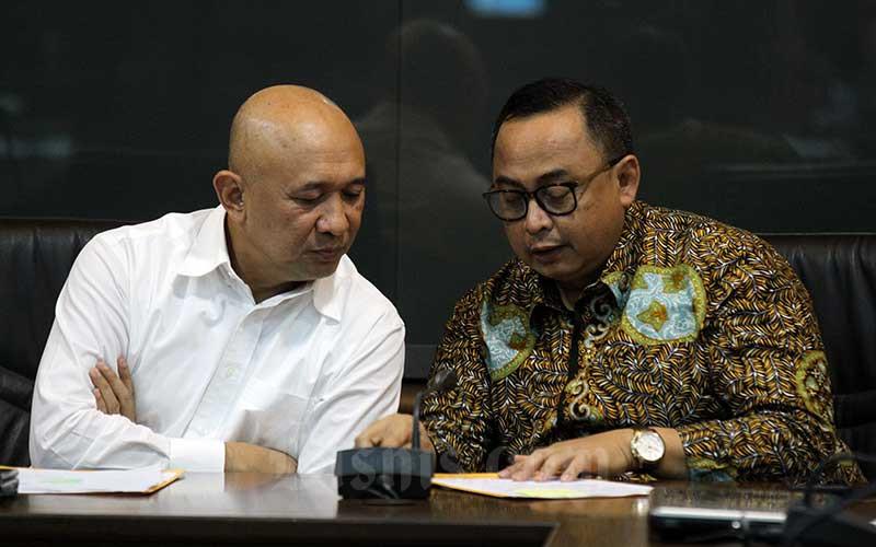 Menteri Koperasi dan UKM Teten Masduki (kiri) berbincang dengan Sekretaris Kementerian Koperasi dan UKM selaku Ketua Panitia Seleksi Jabatan Rully Indrawan saat konferensi pers di Jakarta, Jumat (17/1/2020). Bisnis - Arief Hermawan P