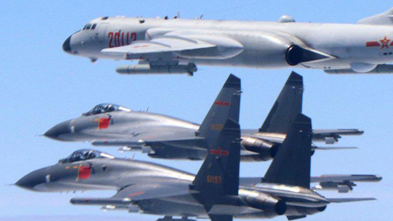 Dua pesawat tempur China J-11 dan satu pesawat pengebom H-6K berpatroli di wilayah udara antara China daratan dan Taiwan, Senin (10/2/2020)./Antara - Xinhua
