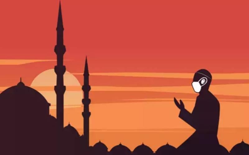 Menggunakan masker saat salat di tempat umum atau masjid sebagai salah satu cara mencegah penularan Covid-19. - Istimewa