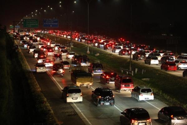 Kendaraan arus balik Lebaran merayap diruas tol Cikampek, Jawa Barat, Sabtu (8/5). Kemacetan tersebut akibat meningkatnya volume kendaraan serta pertemuan arus kendaraan dengan ruas tol Cikampek di kilometer 66. Untuk mengurai kemacetan pihak kepolisian memberlakukan satu arah (oneway)./JIBI - Bisnis/Dedi Gunawan