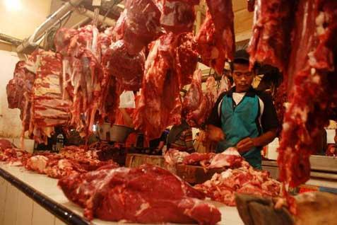 Daging sapi dan kerbau yang dijual di pasar tradisional. - ilustrasi