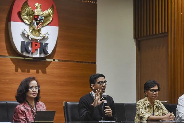 Dokumentasi - Zainal Arifin Mochtar (tengah) memberikan keterangan sebagai perwakilan Masyarakat Peduli Pemberantasan Korupsi di gedung KPK, Jakarta, Jumat (21/4). - Antara/Hafidz Mubarak A.