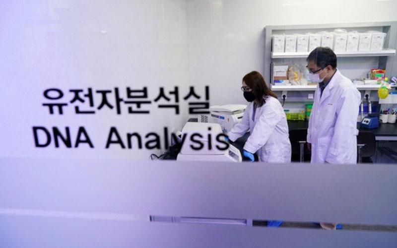 Ilustrasi-Para peneliti mendemonstrasikan sampel iLAMP Novel-Coronavirus Detection Kit di kantor iONEBIO's di Seongnam, Korea Selatan, pada 26 Maret 2020./Antara - Reuters