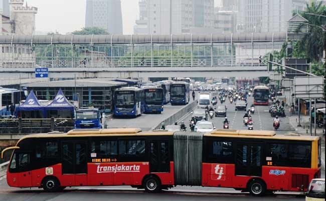 Armada bus Tranjakarta berada di Halte Harmoni, Jakarta. Bisnis - Himawan L Nugraha