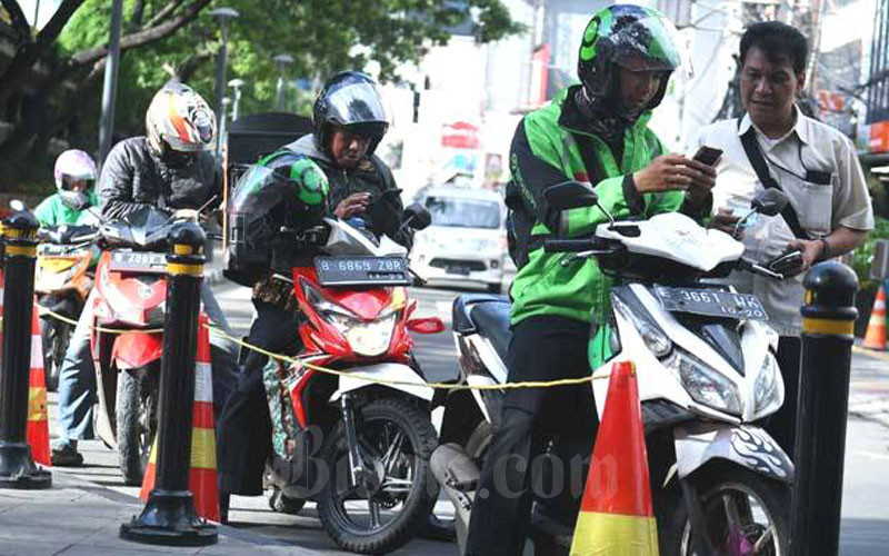 Ojek online di Jakarta. Mereka menuntut agar dibolehkan mengangkut penumpang di masa normal baru. - Bisnis/Abdurahman