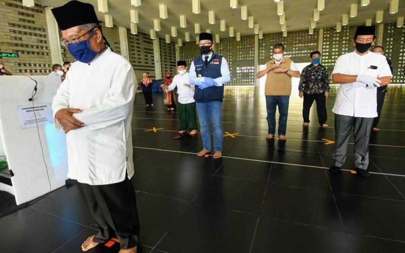 Gubernur Jawa Barat Ridwan Kamil meninjau rumah ibadah di Kabupaten Bandung Barat (KBB) jelang new normal atau di Jabar dikenal dengan Adaptasi Kebiasaan Baru (AKB).