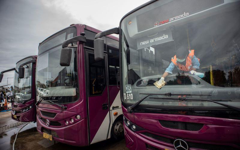 Petugas membersihkan interior bus TransJakarta tipe Royaltrans di Pool Bus TransJakarta, Jakarta, Kamis (5/3/2020). Untuk mengantisipasi penyebaran virus Corona atau Covid-19. - Antara / Aprillio Akbar.