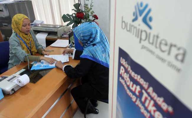 Karyawan melayani nasabah di kantor cabang PT AJB Asuransi Bumiputera Syariah, Jakarta. Bisnis - Endang Muchtar