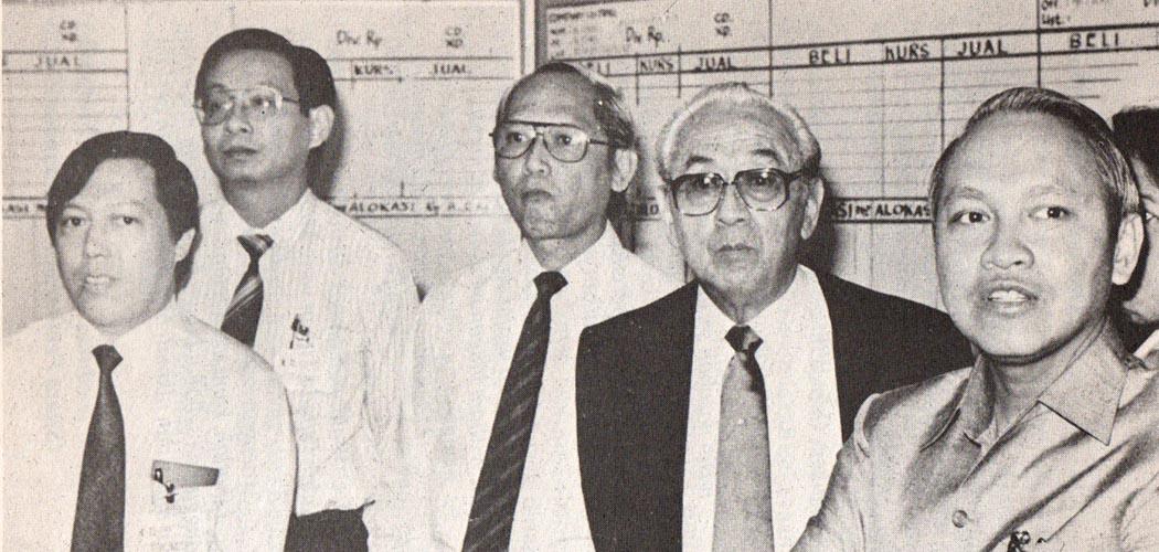 Didampingi Benny Subianto dan Palgunadi (ketiga dari kiri), William Soeryadjaya tampak tegang ketika mengikuti perkembangan saham PT Astra International Tbk. (ASII) di Bursa Efek Jakarta. Buku William Soeryadjaya, Kejayaan dan kejatuhannya: Studi Kasus Eksistensi Konglomerasi Bisnis di Indonesia, yang ditulis oleh Amir Husin Daulay, Banjar Chaeruddin, B. Wiwoho, dan Marah Sakti Siregar dan diterbitkan oleh  PT Bina Rena Pariwara pada 1993.
