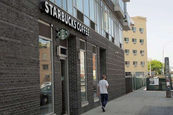 Pelanggan meninggalkan toko Starbucks saat penutupan salah satu dari 8.000 toko milik Starbucks yang akan tutup sekitar jam 2 siang waktu setempat pada hari Selasa (29/5/2018) sebagai langkah pertama dalam pelatihan 175.000 karyawan tentang toleransi rasial di Distrik Brooklyn, New York, AS, 29 Mei 2018. - Reuters