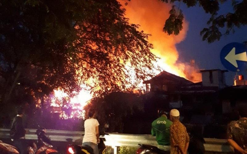Warga melihat kebakaran yang terjadi di Pegangsaan, Jakarta Pusat, Senin (1/6/2020). - Antara