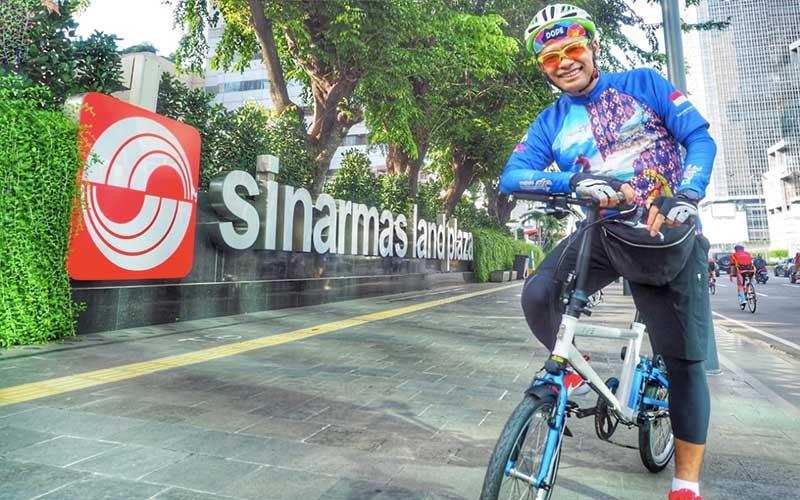 Ketua Majelis Wali Amanat Universitas Indonesia (MWA UI) Saleh Husin yang juga Managing Director Sinar Mas berpose di depan gedung Sinamar Land Plaza saat bersepeda untuk menjaga kebugaran di Jakarta.