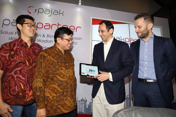Founder and Director Online Pajak Charles Guinot (kedua kanan) berbincang dengan Chief of Indonesia Accountant Association and Direktur of International Taxes DJP John Hutagaol (kedua kiri), Managing Partner Mazars Indonesia Sebastien Gautier (kanan) dan CEO Sleekr Suwandi Soh di sela-sela peluncuran aplikasi PajakPartner di Jakarta, Selasa (27/2/2018). - JIBI/Abdullah Azzam