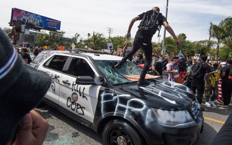Bentrokan antara pengunjuk rasa dan polisi saat demonstrasi antipolisi pasca insiden meninggalnya George Floyd di Minneapolis, AS - Bloomberg