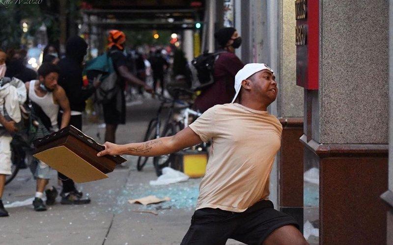 Foto pria bertato peta kepulauan Indonesia yang tertangkap kamera The Inquirer saat kerusuhan pecah di Philadelphia, AS, Sabtu (30/5/2020) -  Instagram @rainsfordthegreat
