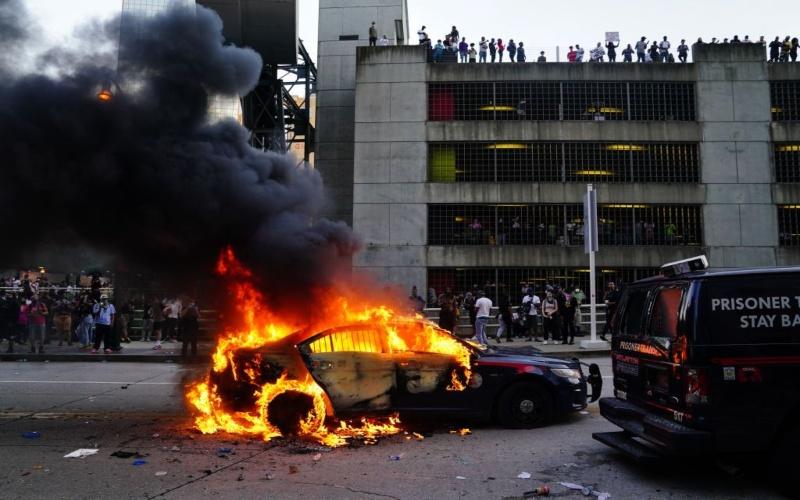Ilustrasi/Aksi pembakaran sebagai bentuk kemarahan atas kematian warga kulit hitam oleh anggota kepolisian di Amerika Serikat (Bloomberg)