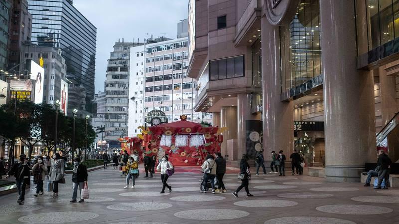 Pejalan kaki di Times Square di distrik Causeway Bay di Hong Kong, China, memakai masker pada hari Kamis, 6 Februari 2020. - Bloomberg