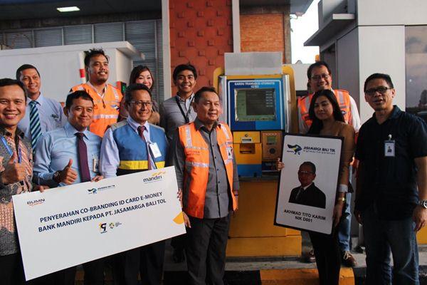 Bank Mandiri bersama Jasamarga Bali Tol (JBT) berfoto usai mencoba penggunaan id card sebagai pembayaran transaksi non tunai di tol - Bisnis / Ni Putu Eka Wiratmini