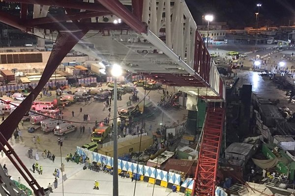 Crane ambruk di Mekah menimpa jemaah yang sedang melakukan ibadah Haji. - theguardian.com
