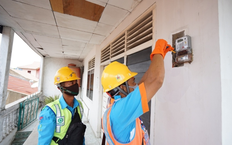 Petugas PLN melakukan pemeriksaan listrik dengan protokol kesehatan. Istimewa - PLN