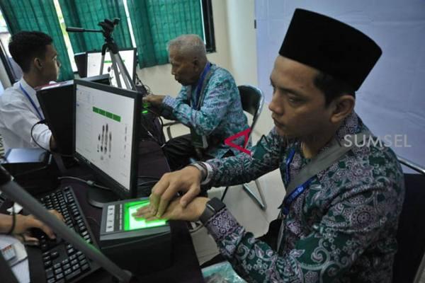 Jamaah calon haji (JCH) melakukan perekaman biometrik di Aula Asrama Haji Palembang,Sumsel, Rabu (18/7/2019. - Antara