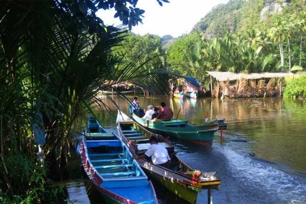 Suasana pengunjung menikmati kawasan karst Rammang-Rammang dengan menyusuri sungai menggunakan perahu di Desa Salenrang,, Kecamatan Bontoa, Kabupaten Maros, Sulsel, Jumat (7/6/2019). - ANTARA