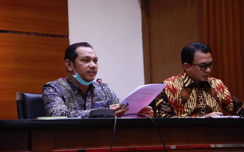 Wakil Ketua KPK Nurul Ghufron (kiri), Plt Jubir KPK Ali Fikri (kanan) dalam konferensi pers penangkapan buron mantan Sekretaris MA Nurhadi dan menantunya Rezky Herbiyono yang menjadi tersangka dalam kasus suap dan gratifikasi terkait pengurusan perkara MA, Selasa (2/6/2020). - Dokumen KPK.