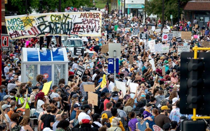 Demonstrasi di Minneapolis, Amerika Serikat pada Selasa (26/5 - 2020) memprotes kematian George Floyd. (Carlos Gonzalez / Star Tribune melalui Getty Images)