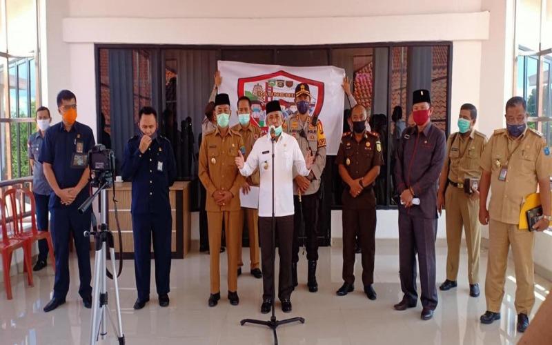 Bupati Kabupaten Ogan Komering Ilir (OKI) Iskandar (tengah) memberikan keterangan terkait persiapan pemkab menuju kondisi new normal. istimewa